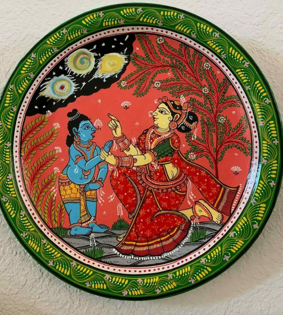 Old plastic plates as wall decor items after handpainting.